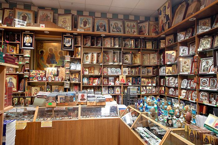 Церковная лавка с религиозными предметами доступна каждому